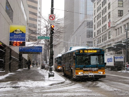2742e-seattle_trolleybuses_in_snow_downtown_in_2008